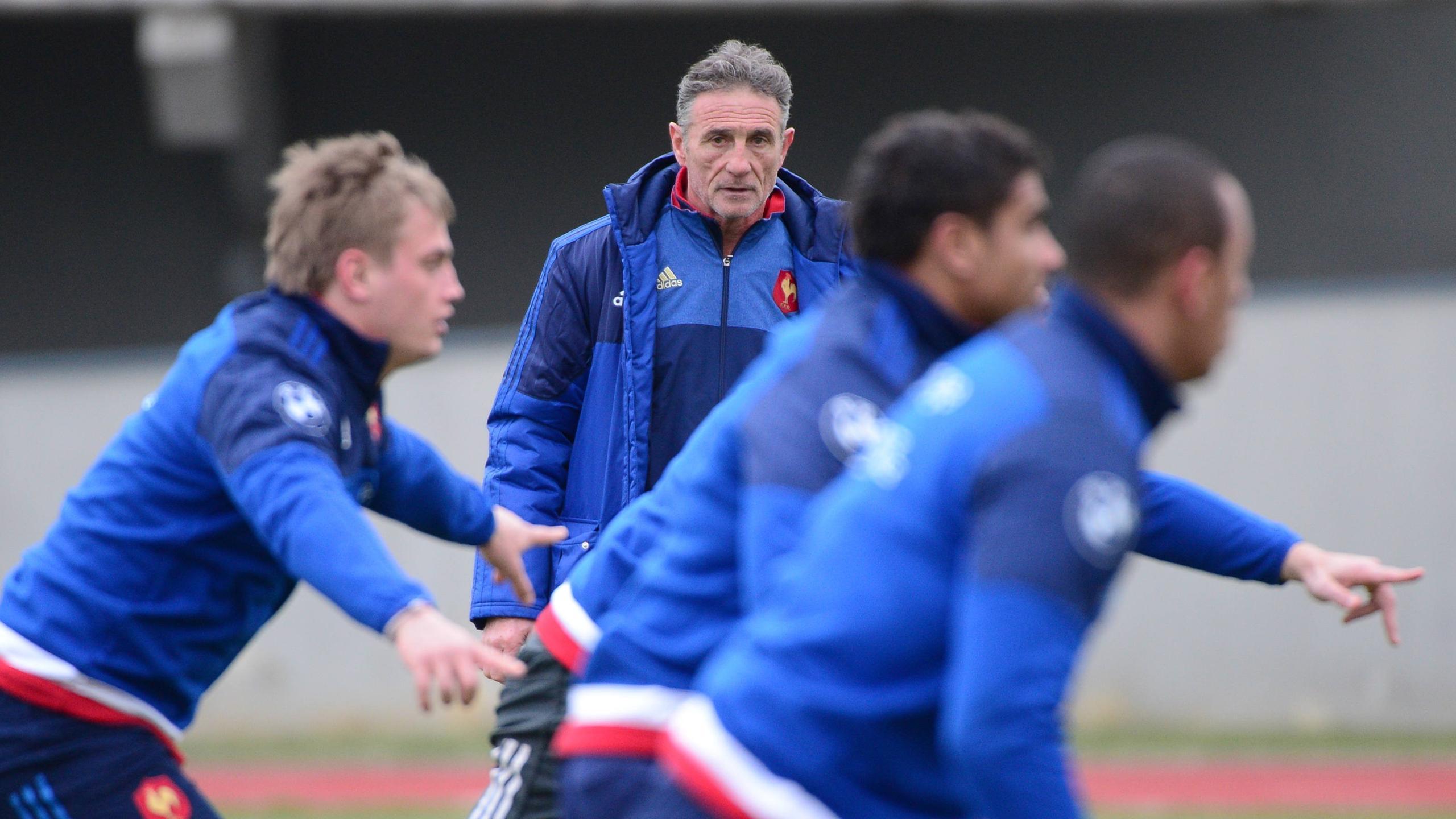 Guy Novès surveille ses joueurs durant un entraînement du XV de France - 16 mars 2016