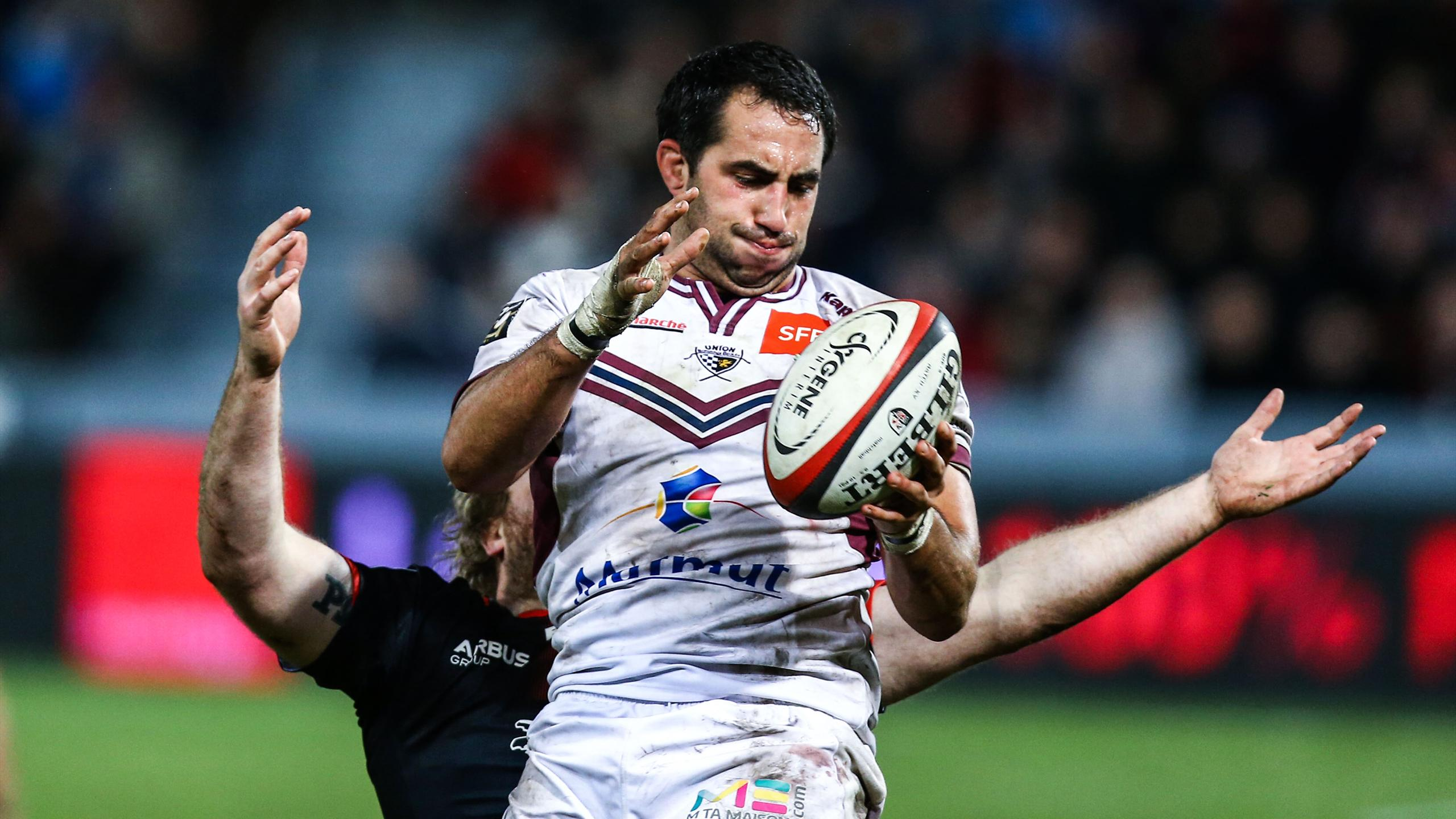 Le troisième ligne Louis-Benoit Madaule (Bordeaux-Bègles) capte un ballon en touche
