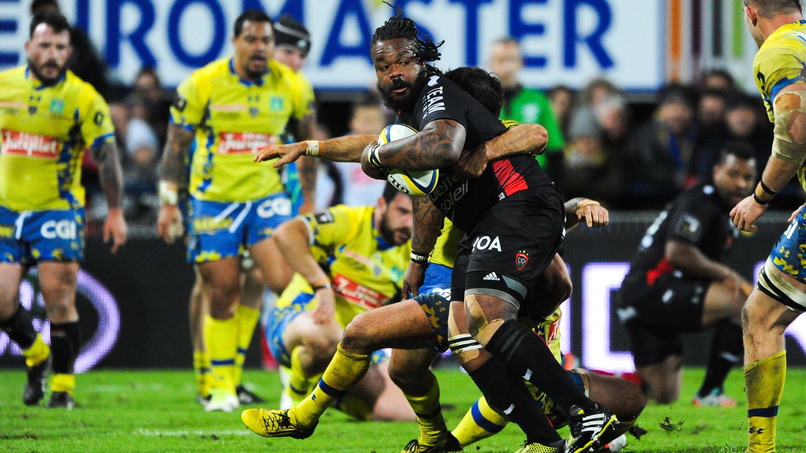 Mathieu Bastareaud (Toulon) tente de passer contre Clermont