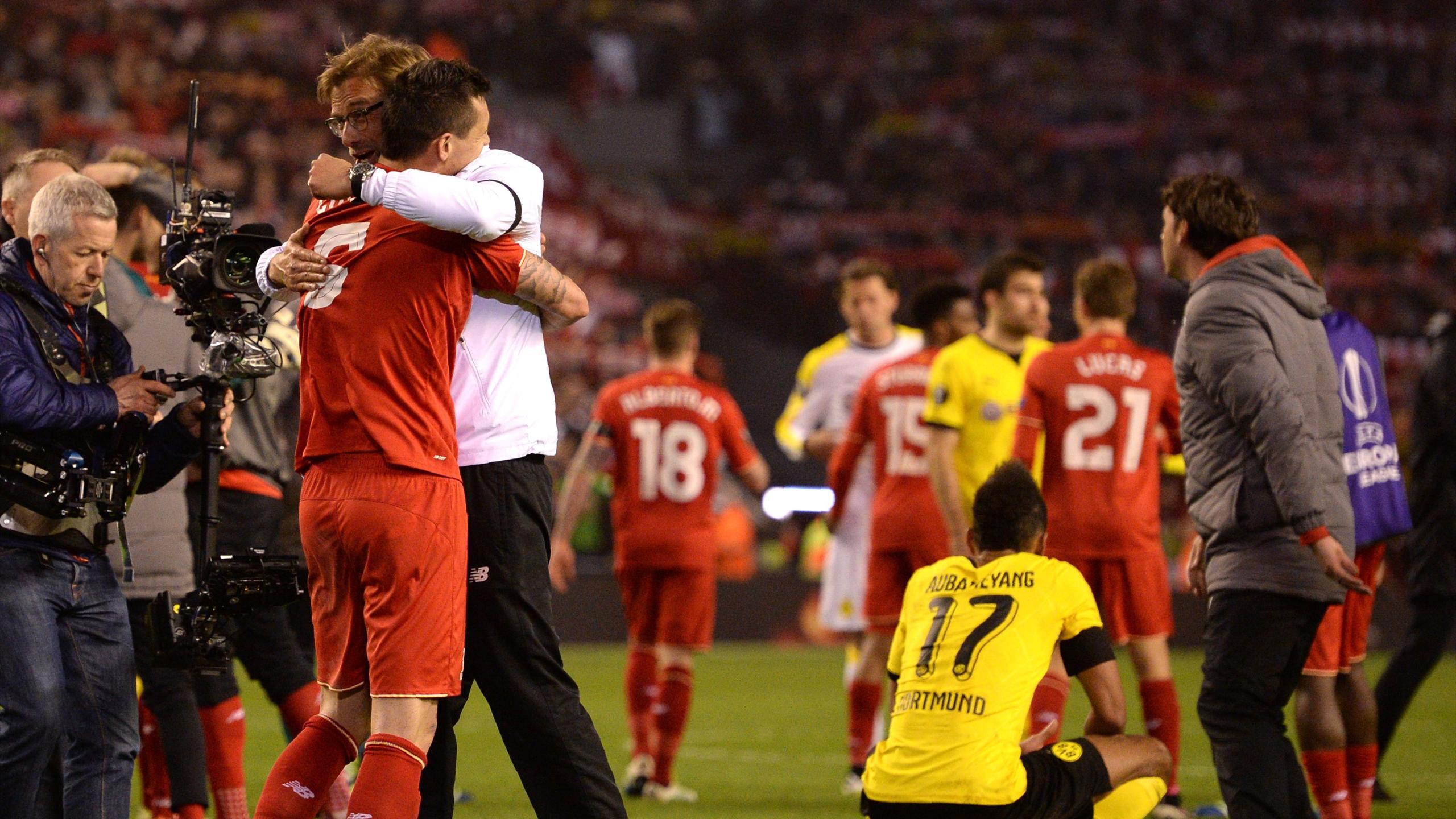 Jurgen Klopp celevrates with his Liverpool players