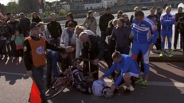 La dolorosa (y absurda) caída de Felline en la Amstel Gold Race