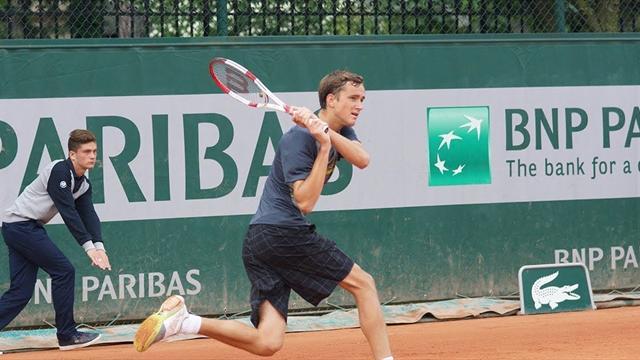 Российского теннисиста Медведева сняли с матча за расизм