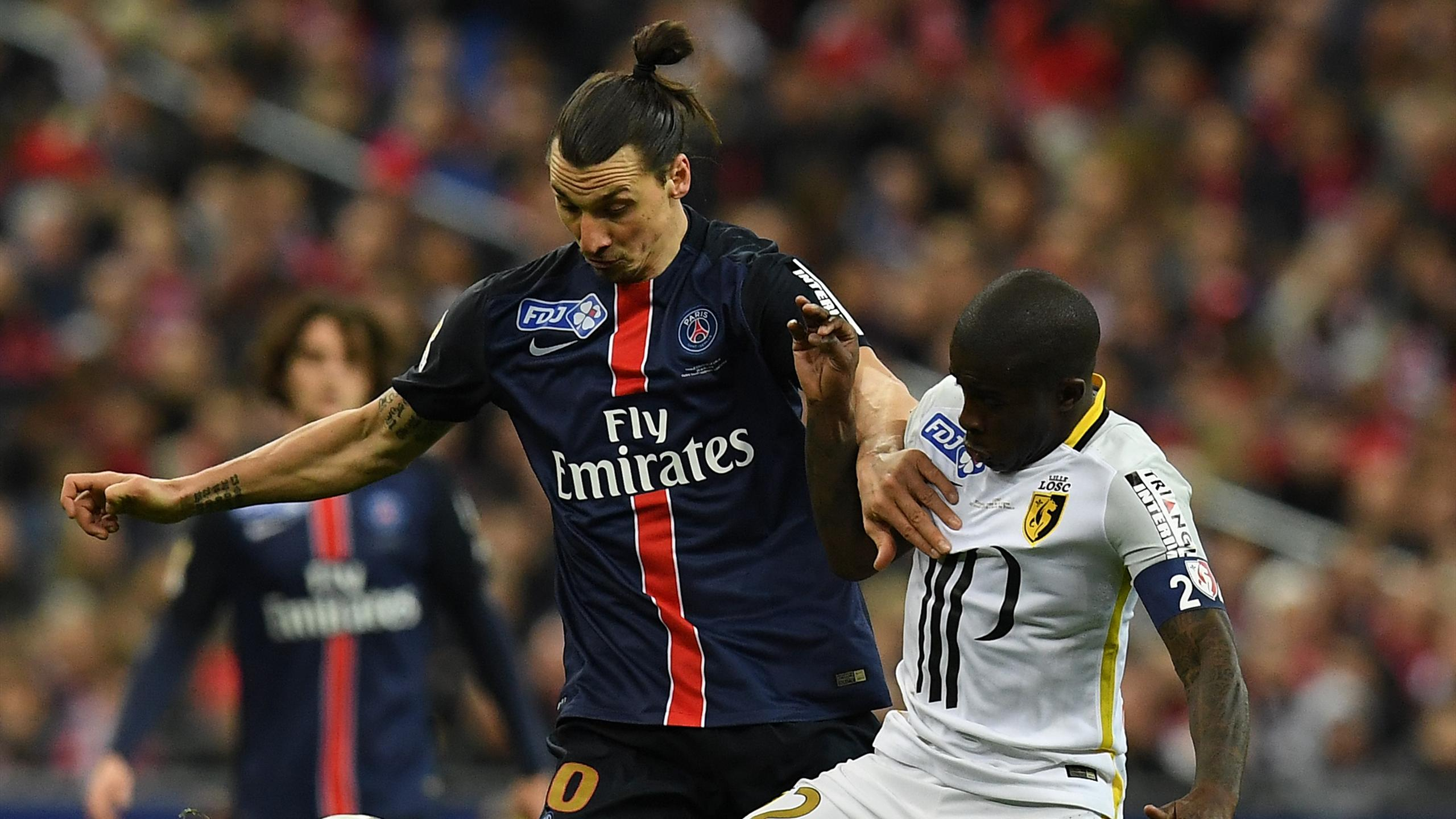 Mavuba (Lille) au duel avec Ibrahimovic (PSG)