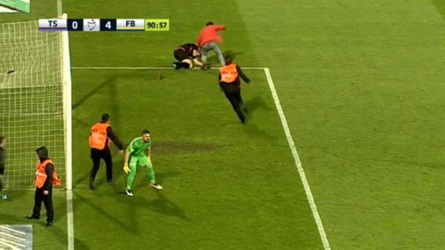 Un supporter se jette sur l'arbitre et le roue de coups lors de Trabzonspor-Fenerbahce