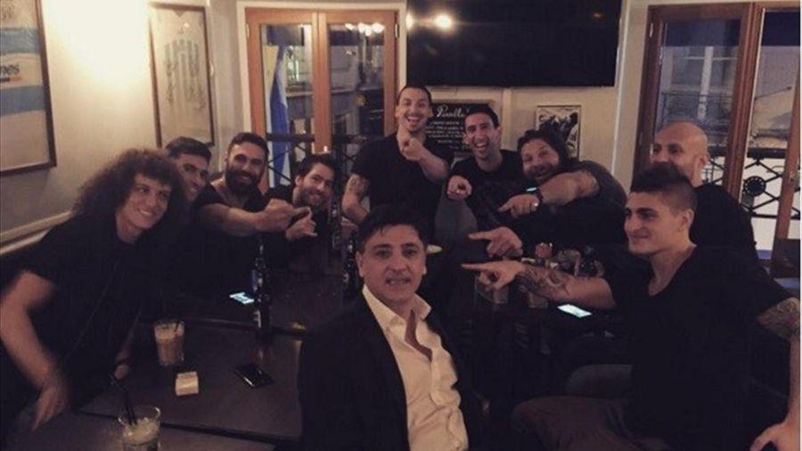 Martin Castrogiovanni avec les joueurs du PSG - Compte volverparis