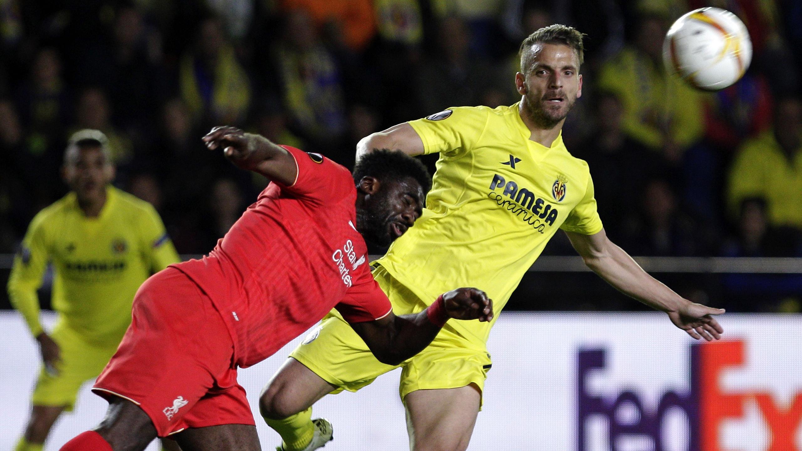 Roberto Soldado face à Kolo Touré lors de Villarreal - Liverpool (1-0).