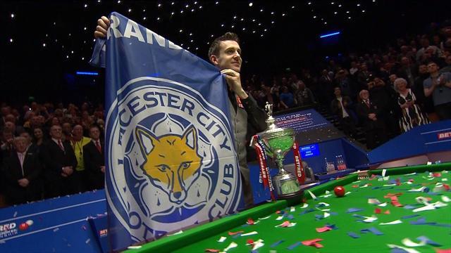 Mark Selby celebra el campeonato del Mundo de Snooker con una bandera del Leicester