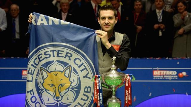 Mark Selby celebró su título de campeón del mundo de snooker con una bandera del Leicester