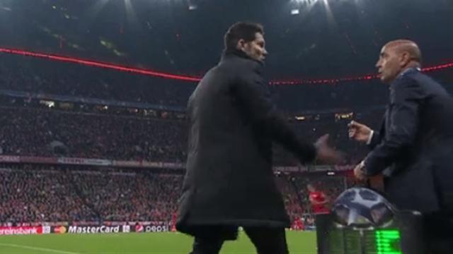 Quand Simeone frappe le délégué du club qui se trompe de remplaçant