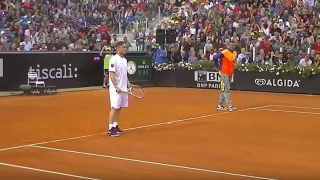 Les joueurs de la Roma abandonnent le ballon rond pour la petite balle jaune