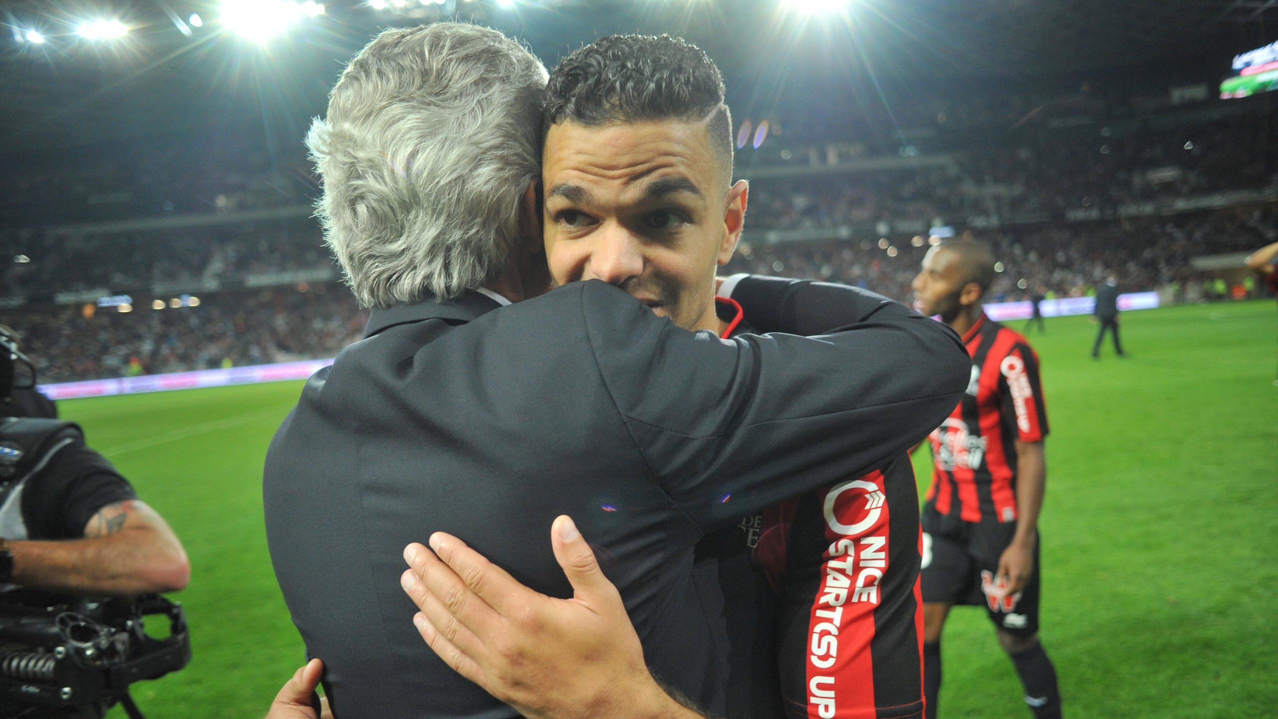 Hatem Ben Arfa dans les bras de Jean-Pierre Rivère, le président de l'OGC Nice