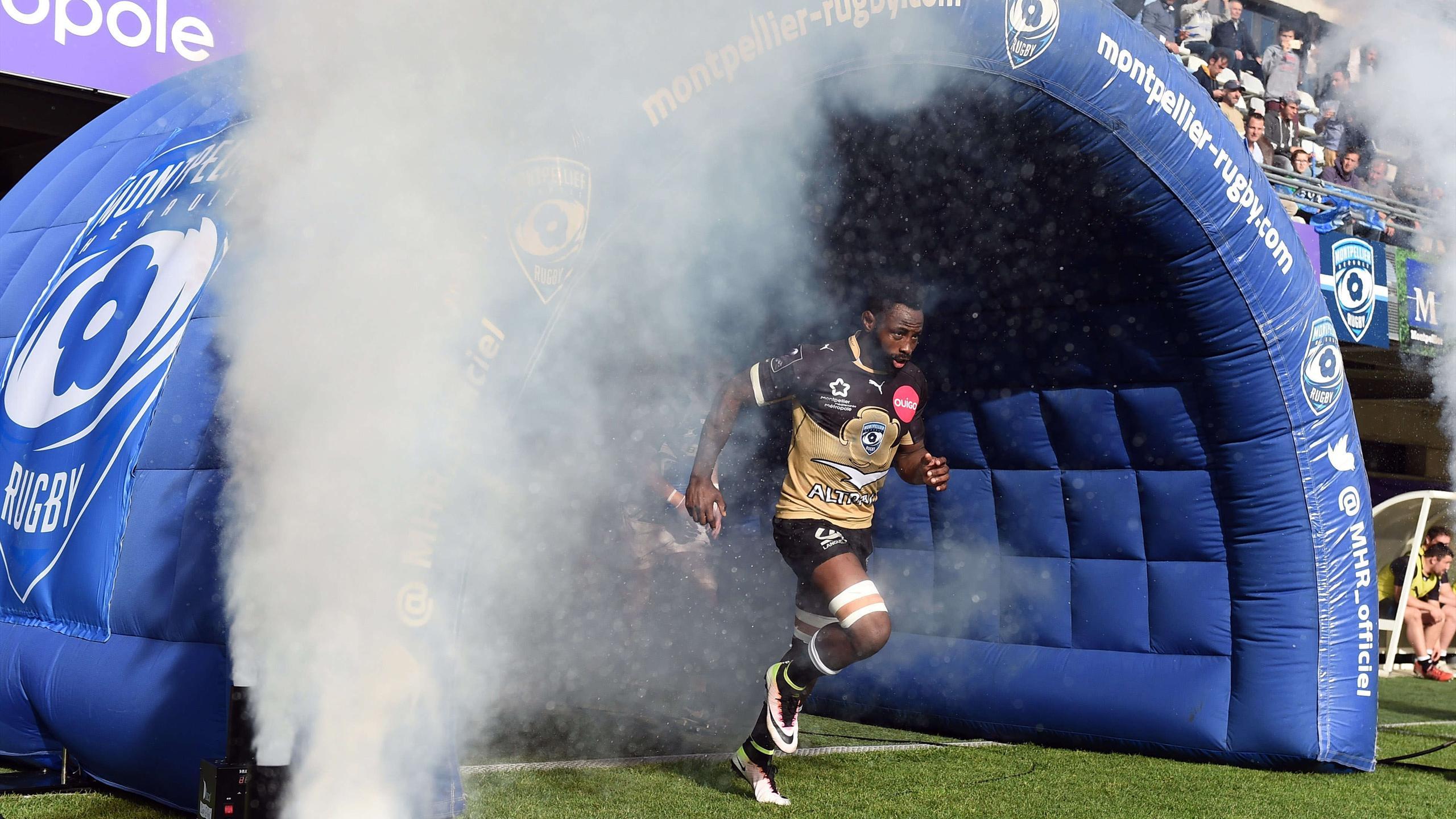 Fulgence Ouedraogo rentre sur la pelouse lors de la demie