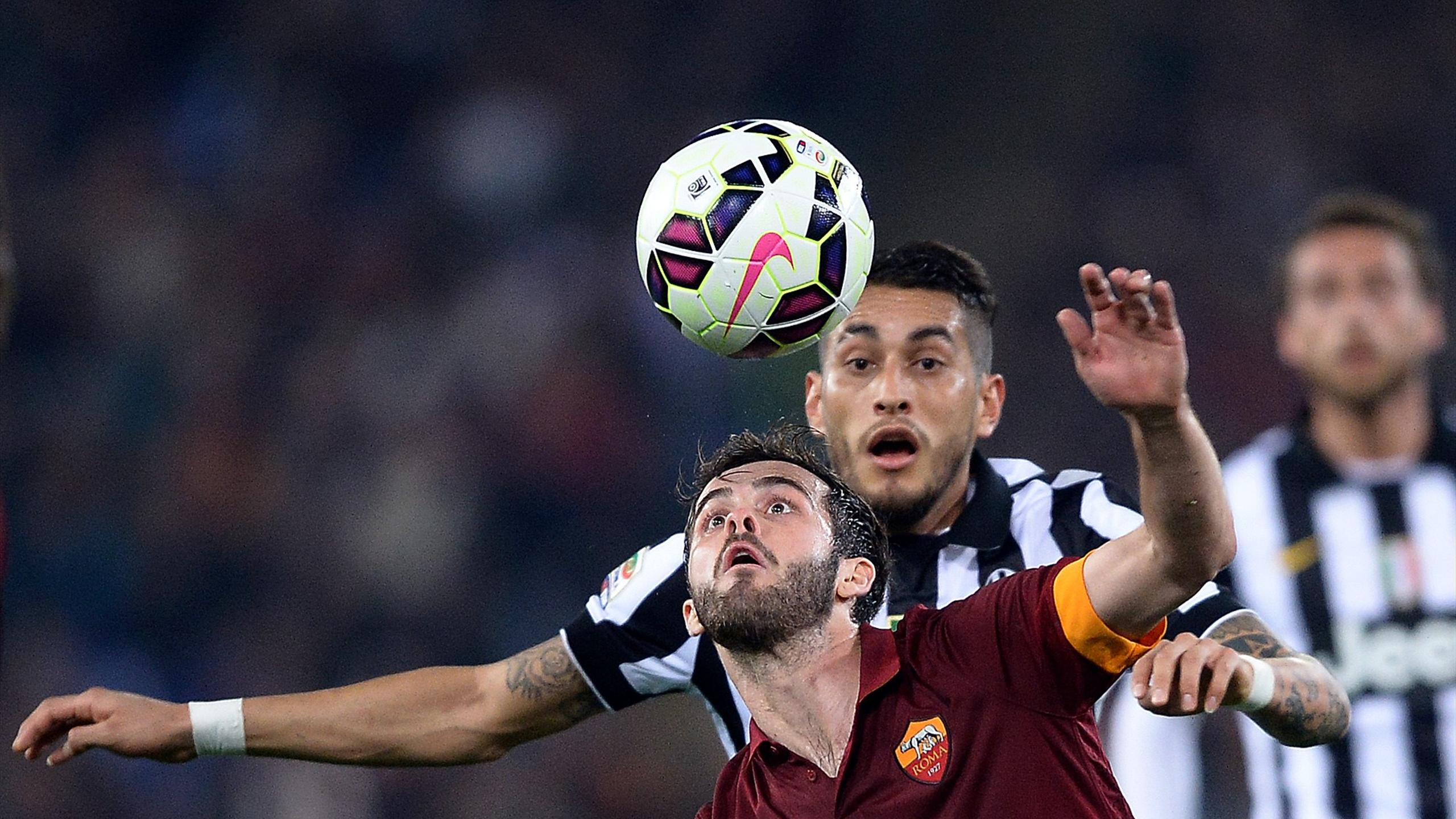 Miralem Pjanic (AS Rome) à la lutte avec Roberto Pereyra (Juventus Turin)