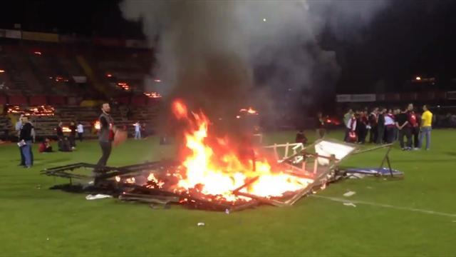 La squadra retrocede e i tifosi per vendetta bruciano lo stadio