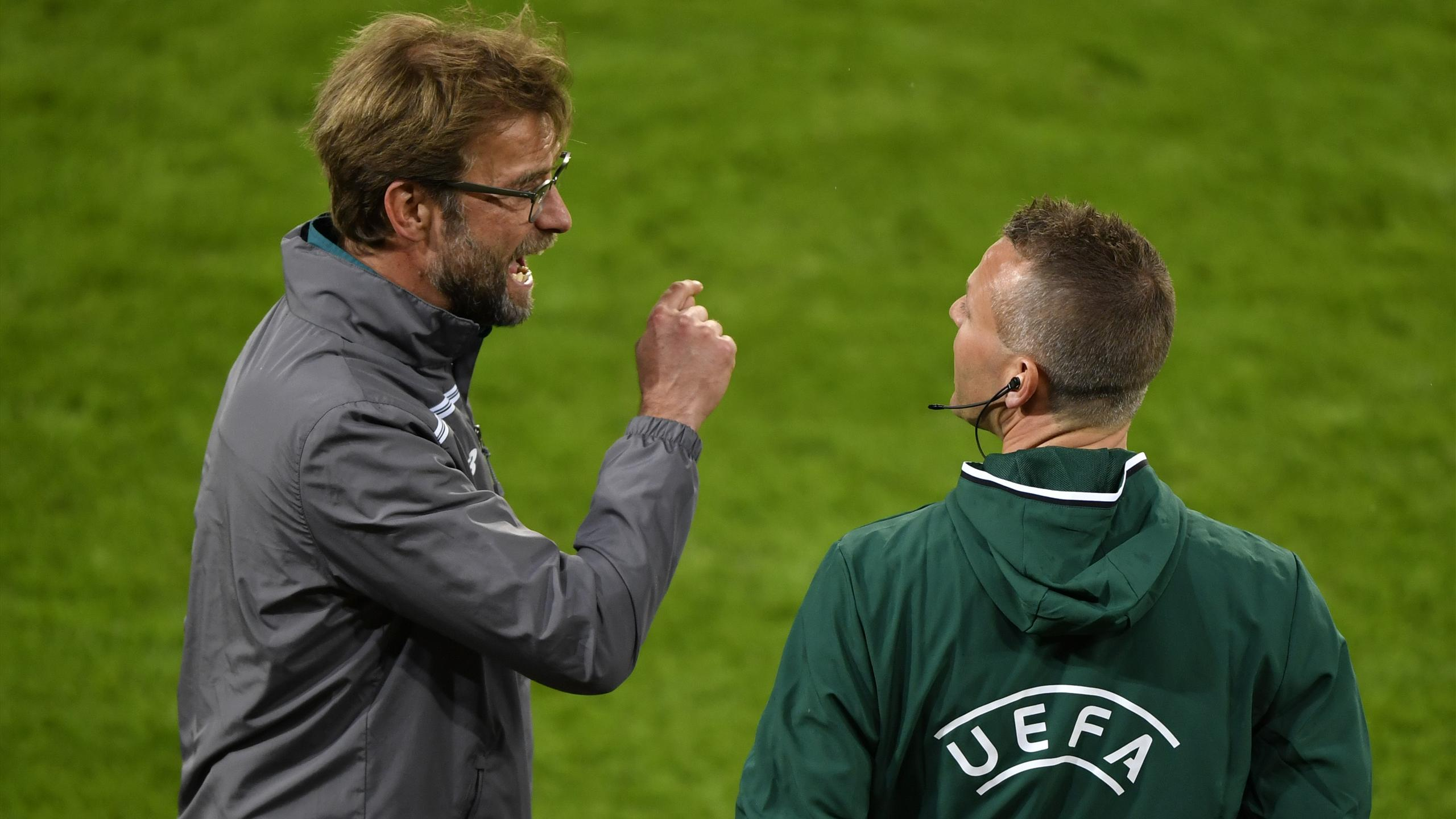 Jürgen Klopp discute avec le quatrième arbitre lors de la finale de la Ligue Europa entre Liverpool et Séville