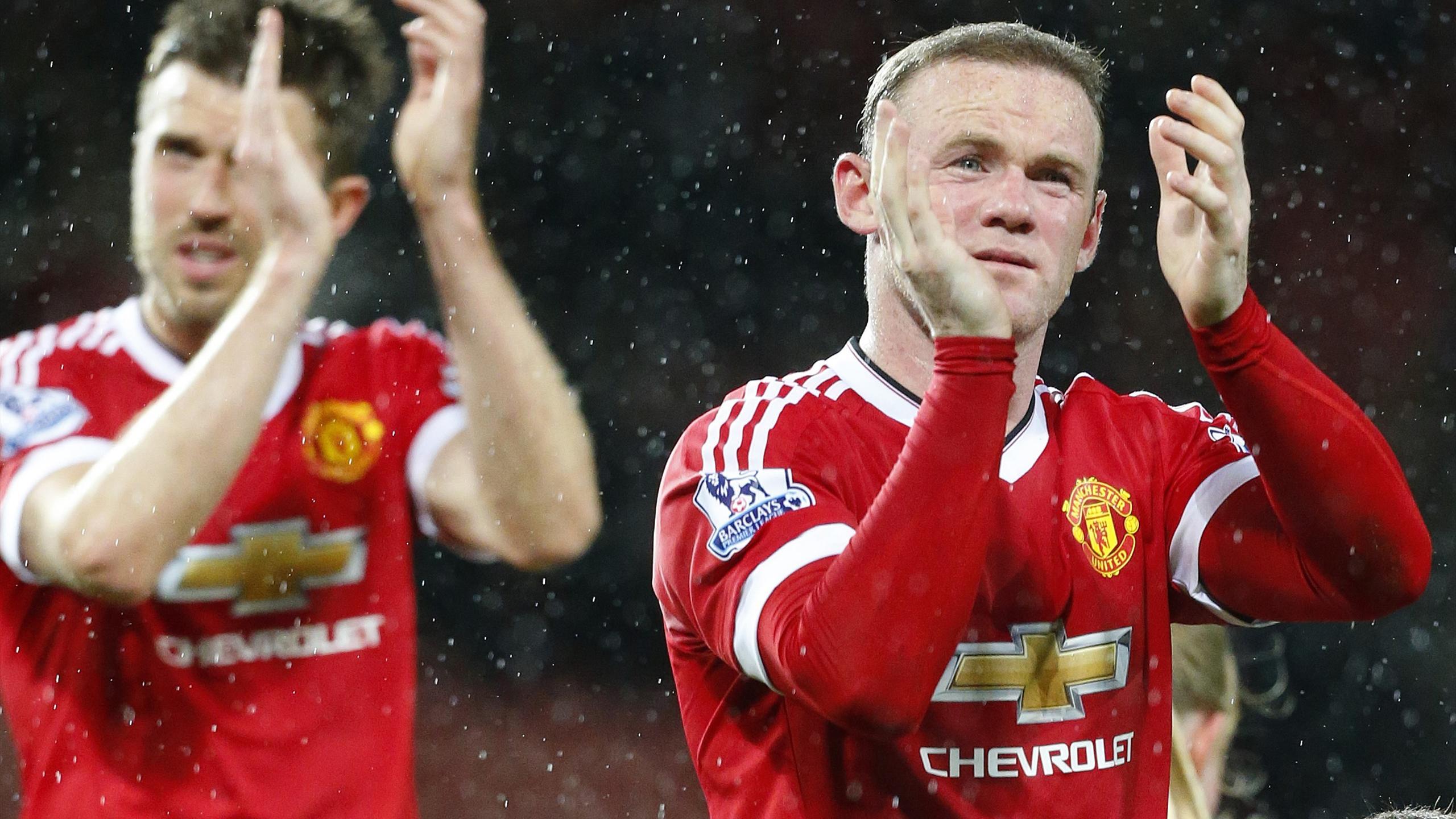 Manchester United's English midfielder Michael Carrick (L) and Manchester United's English striker Wayne Rooney