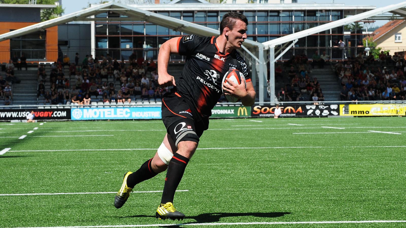 Louis Picamoles (Toulouse) court pour marquer un essai contre Oyonnax