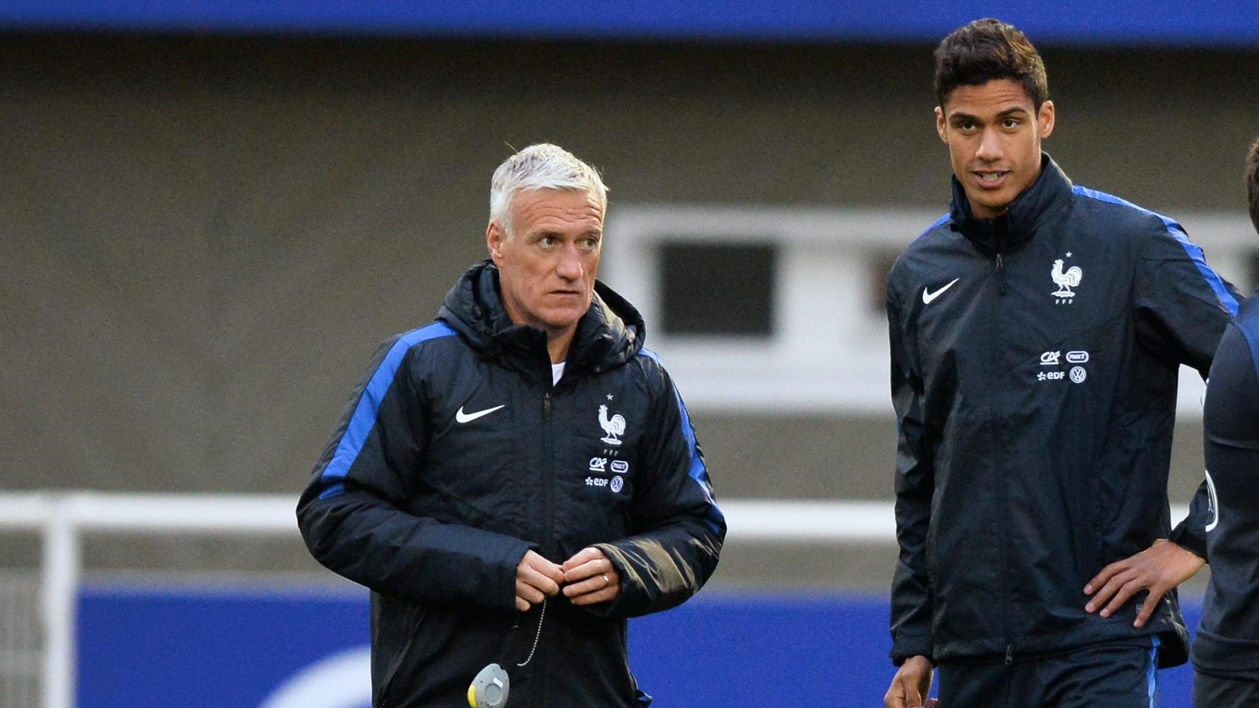 Raphaël Varane en discussions avec Didier Deschamps lors d'un entraînement des Bleus en novembre dernier
