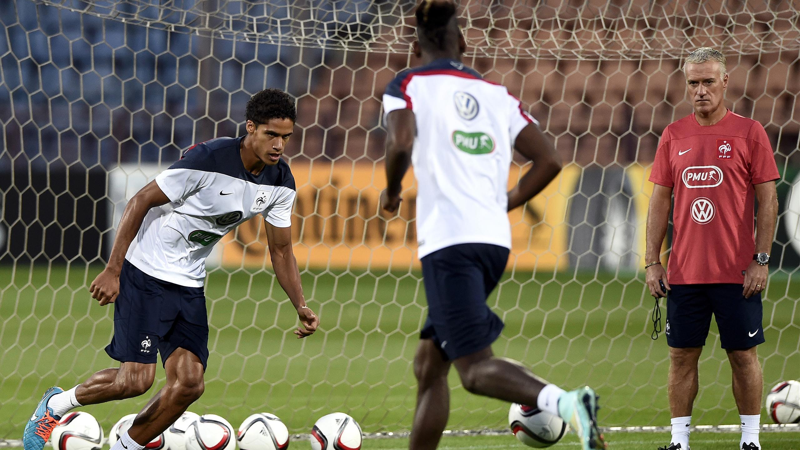 Raphaël Varane à l'entrainement avec les Bleus sous le regard de Didier Deschamps