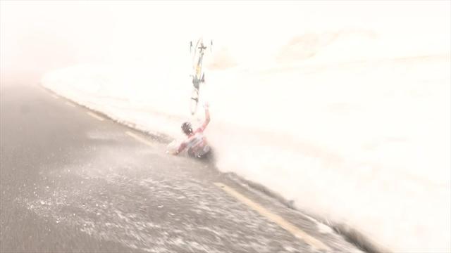 Vídeo: La dura caída del líder del Giro contra la nieve con la que puede perder la carrera