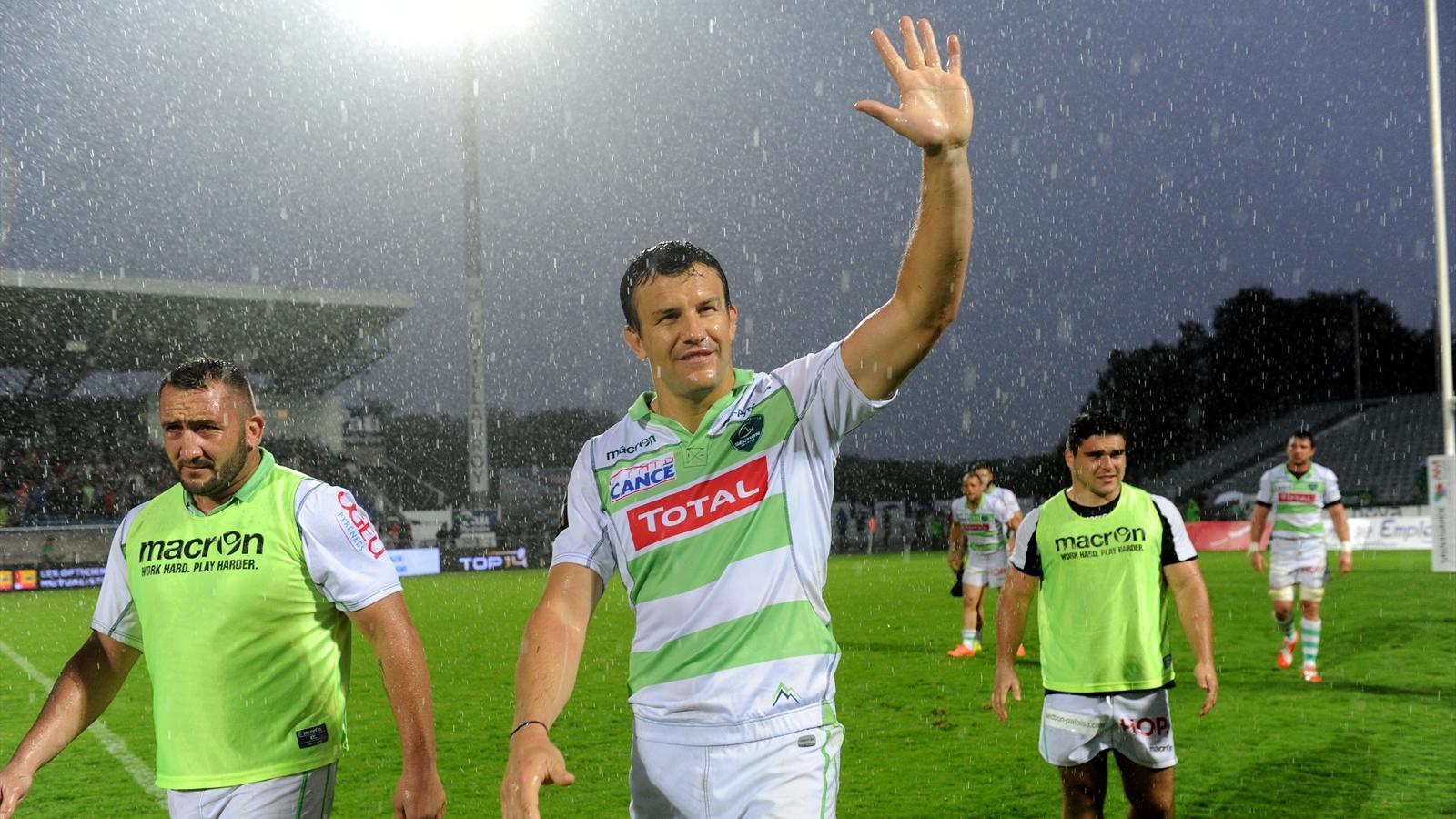 Damien Traille salue les supporters de Pau après la victoire contre Grenoble