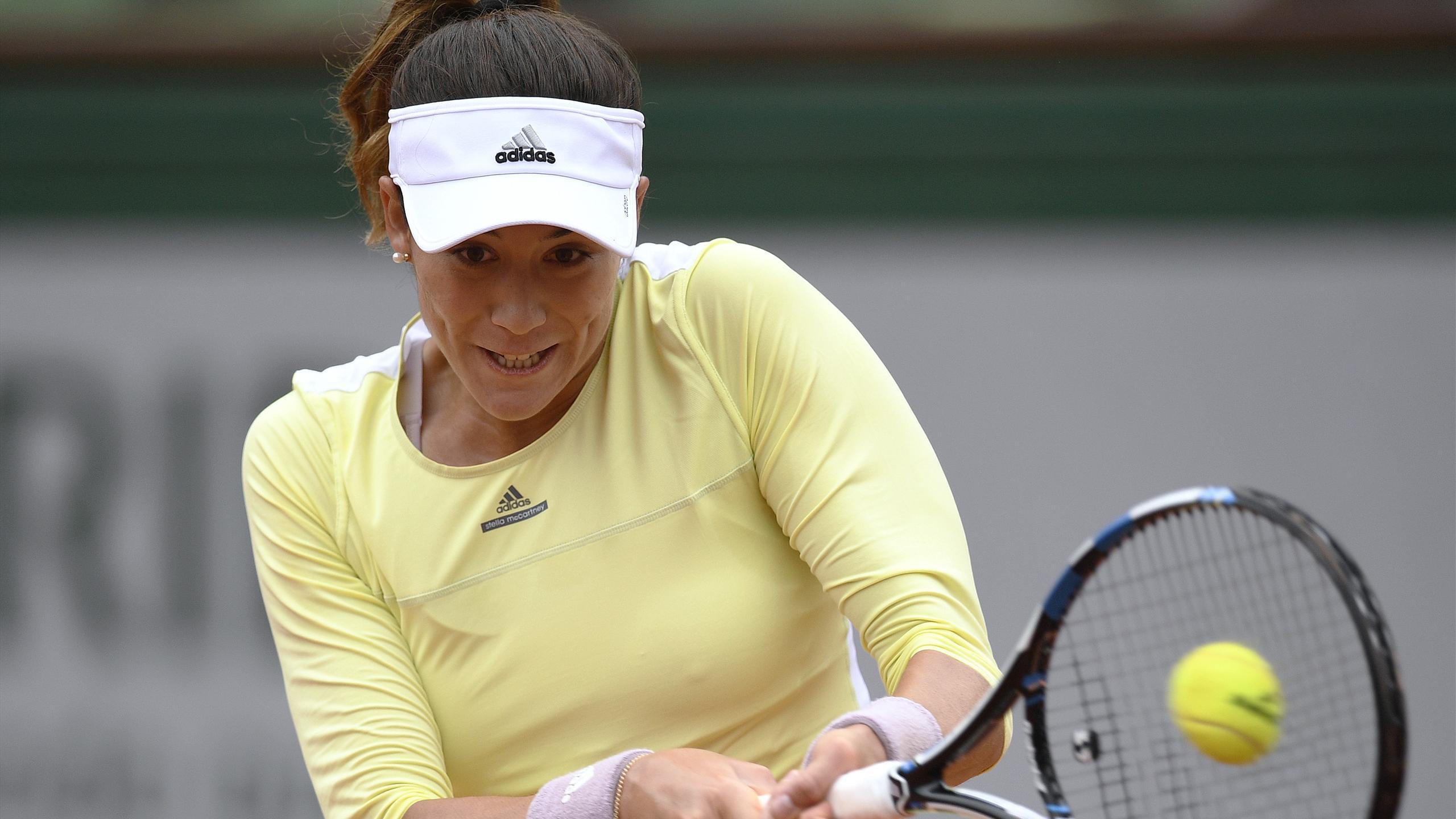 Spain's Garbine Muguruza returns the ball to Russia's Svetlana Kuznetsova