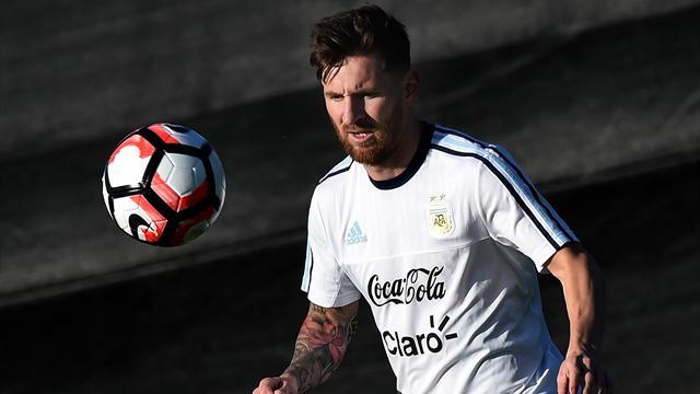 Messi monta el lío por un retraso en el avión de Argentina