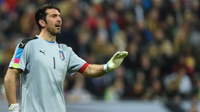 Италия так доминировала над Лихтенштейном, что Буффон дал автограф прямо во время матча