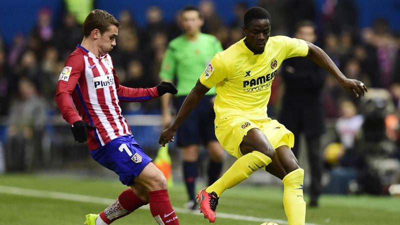 Atletico Madrid's French forward Antoine Griezmann (L) vies with Villarreal's Ivorian defender Eric Bailly