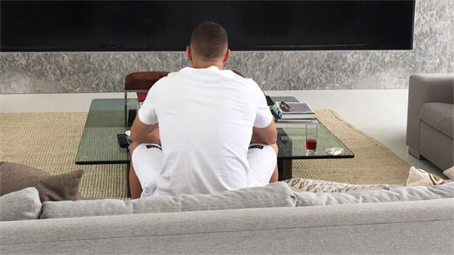 Et pendant ce temps-là, Benzema a regardé le match…
