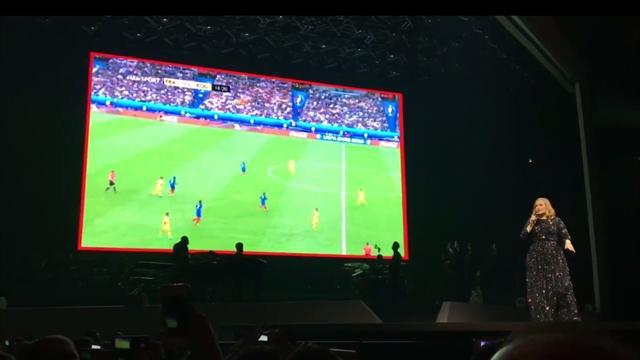 France-Roumanie diffusé en plein concert d'Adèle à Bercy !