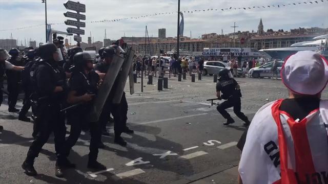Tafferugli a Marsiglia tra inglesi e francesi: lacrimogeni per disperderli