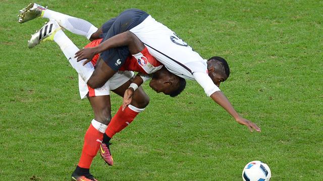 Quand Pogba veut un ballon, il va jusqu'à grimper sur ses adversaires