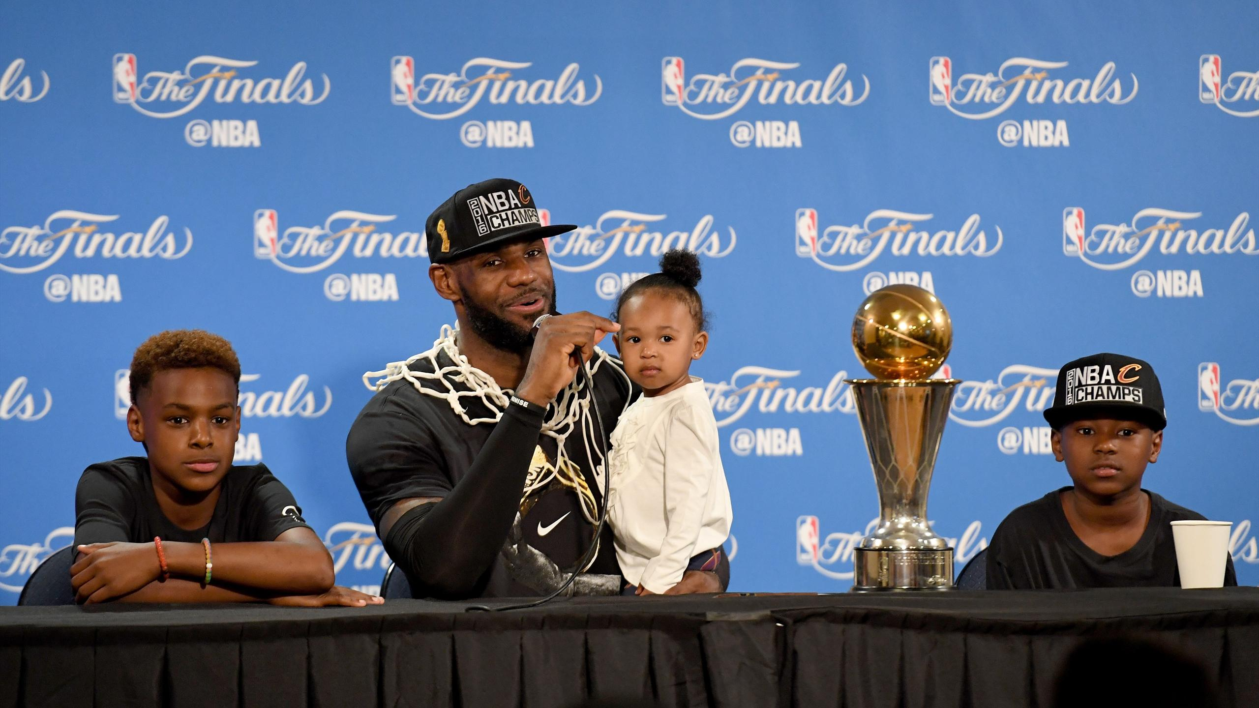 LeBron James en conférence de presse avec ses enfants après son sacre avec les Cleveland Cavaliers, dimanche 19 juin 2016