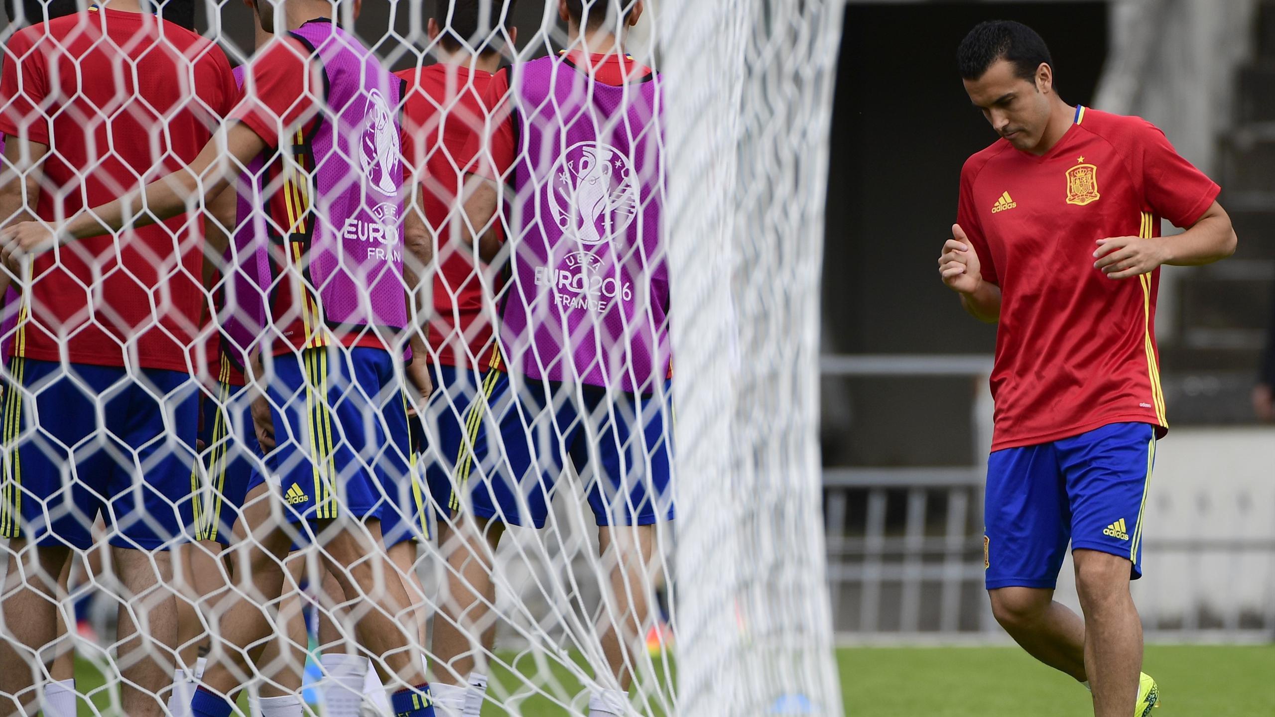 Pedro à l'écart pendant un entraînement de la sélection d'Esapgne