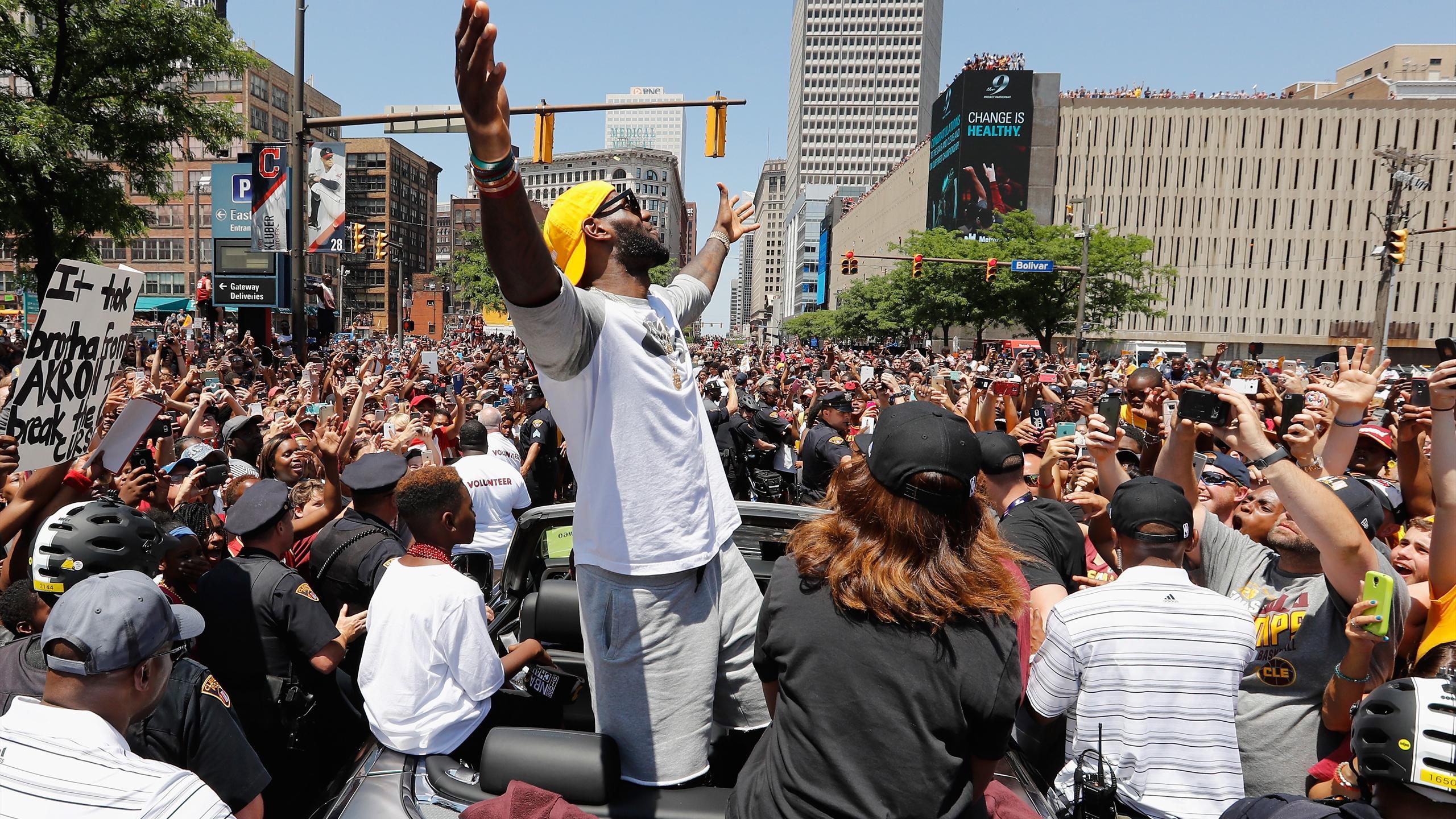 LeBron James célèbre le titre des Cavaliers au milieu d'une foule en délire dans les rues de Cleveland, mercredi 22 juin 2016