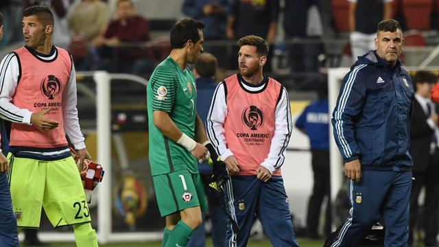 Claudio Bravo fue la estrella de Chile y Messi se estrelló (otra vez) con Argentina