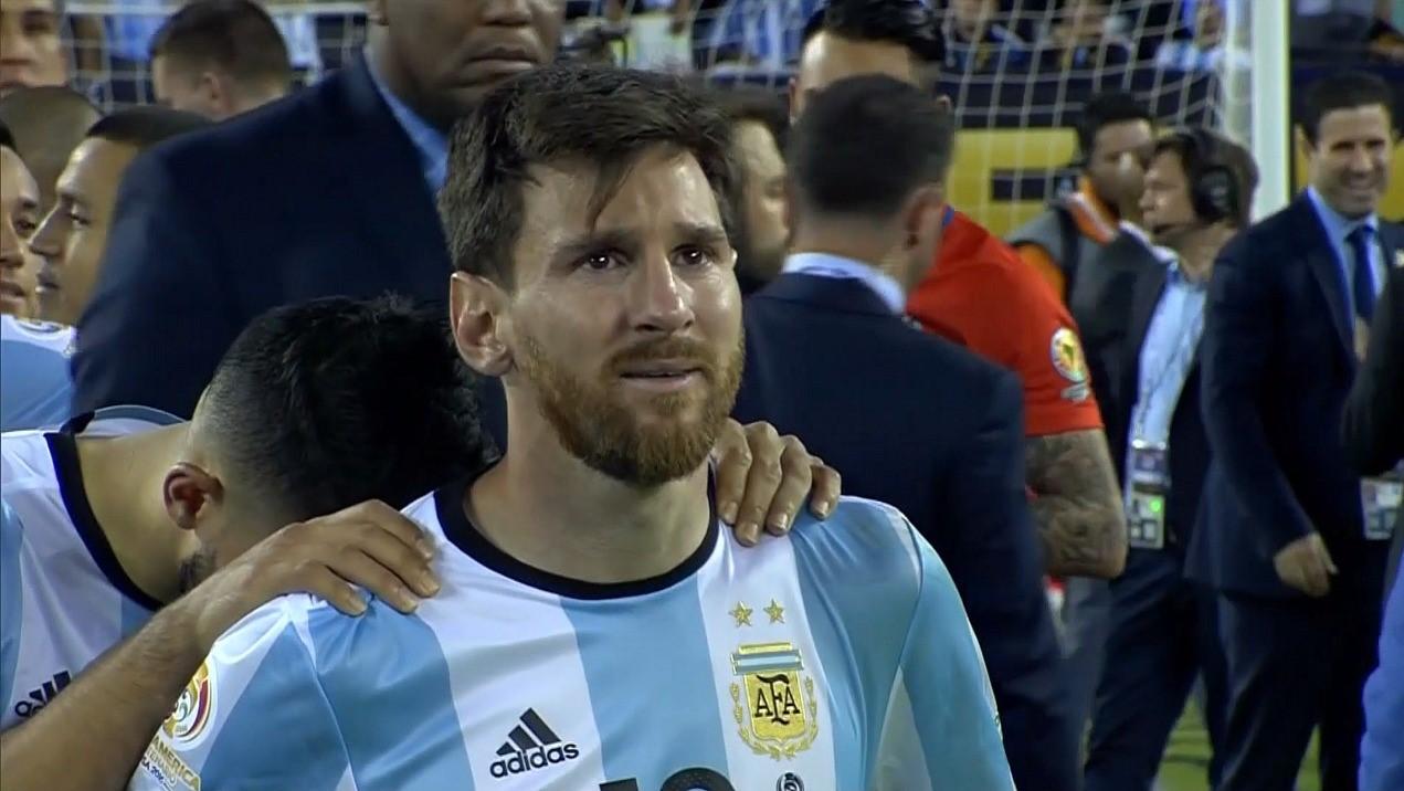 Lionel Messi en larmes après la défaite de l'Argentine en finale de la Copa America 2016