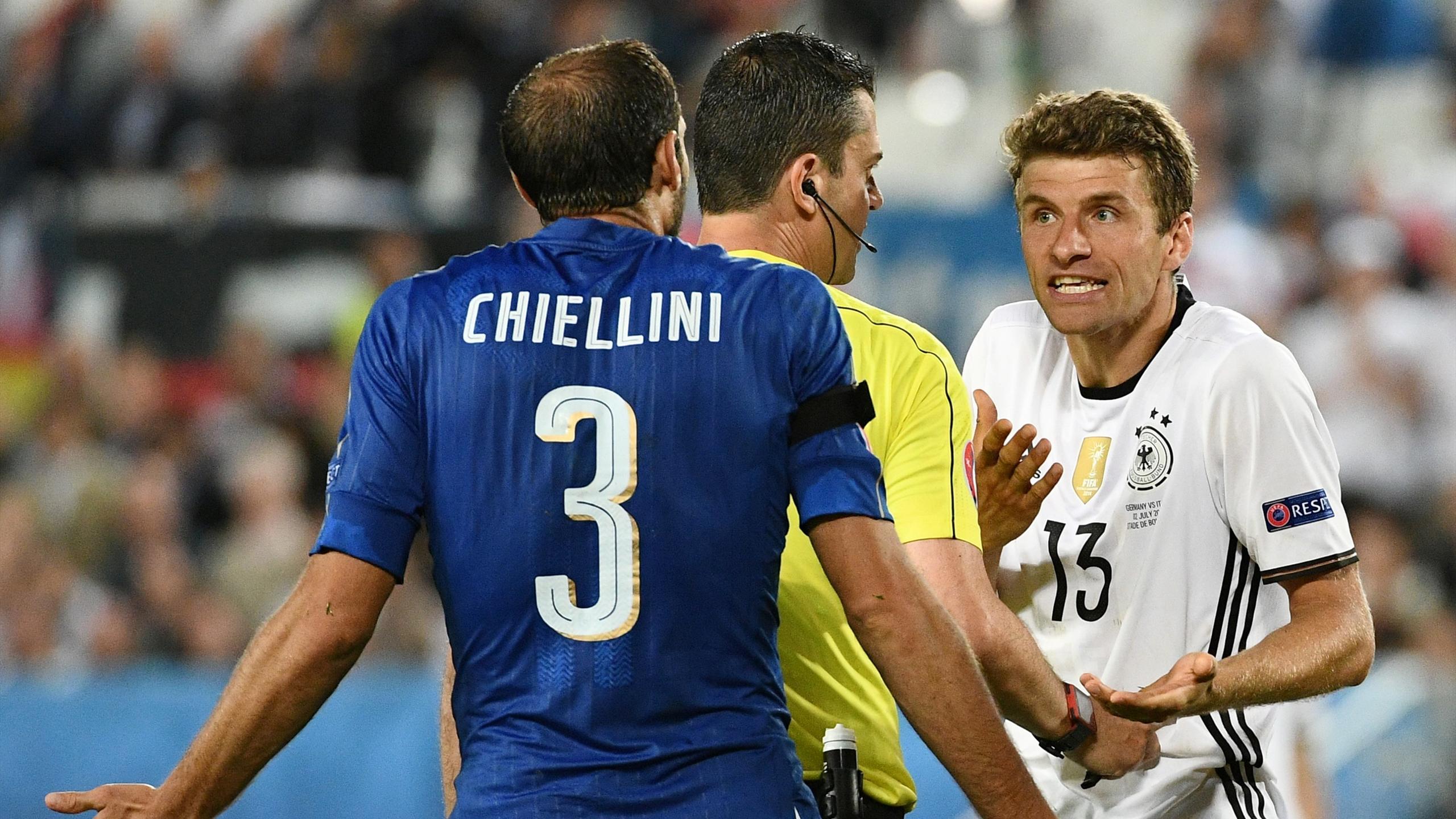 Chiellini et Müller en discussion lors d'Allemagne - Italie