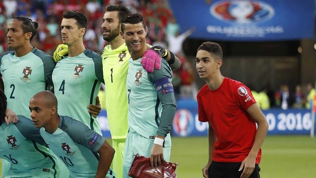 L'invité surprise : un ramasseur de balle s'incruste à côté de Ronaldo sur la photo du Portugal