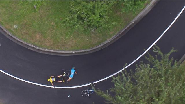Фрум потерял управление на мокром шоссе, упал и проскользил по асфальту