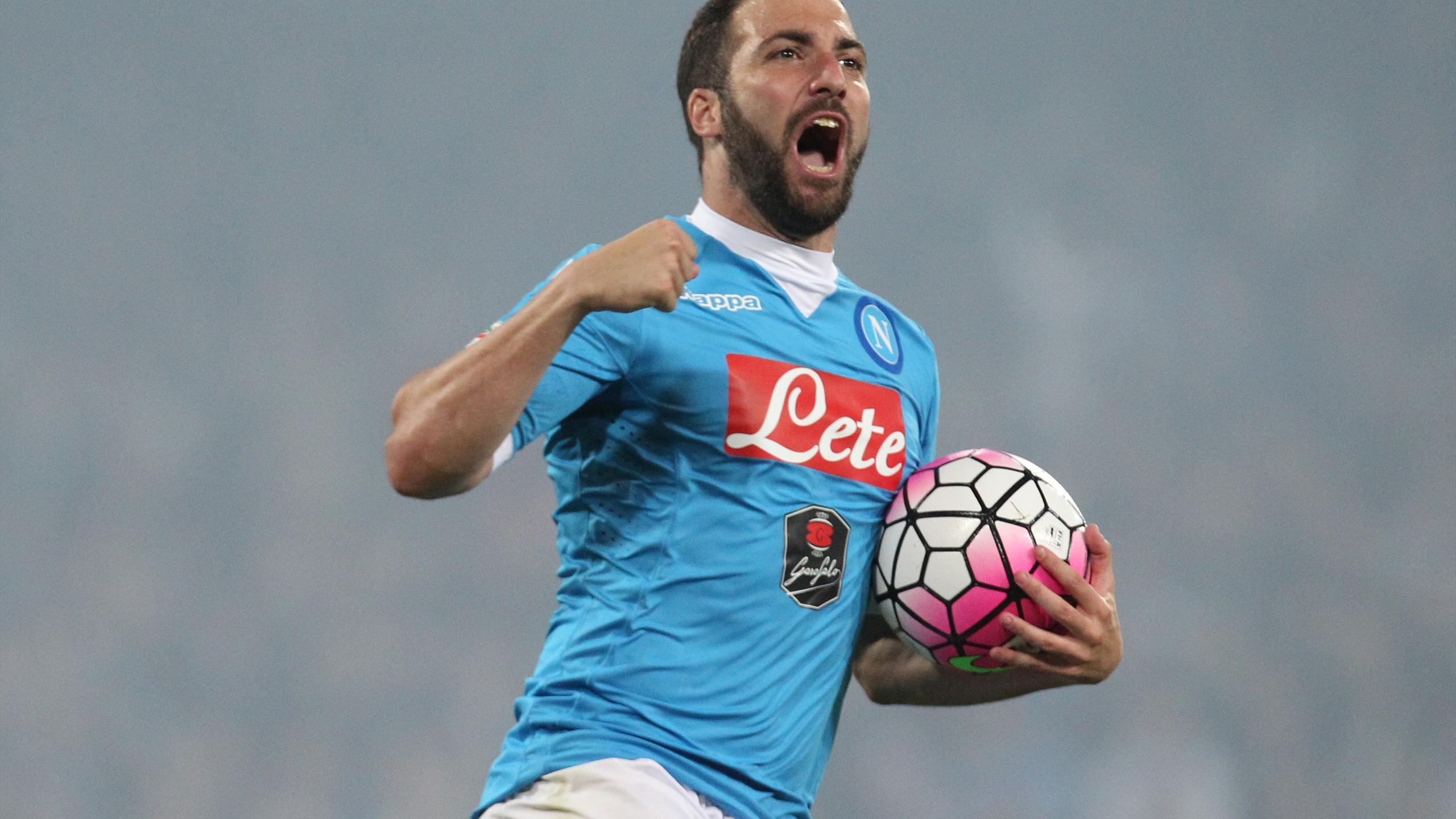 Gonzalo Higuain célèbre un but face à Frosinone en Serie A (saison 2015/2016)