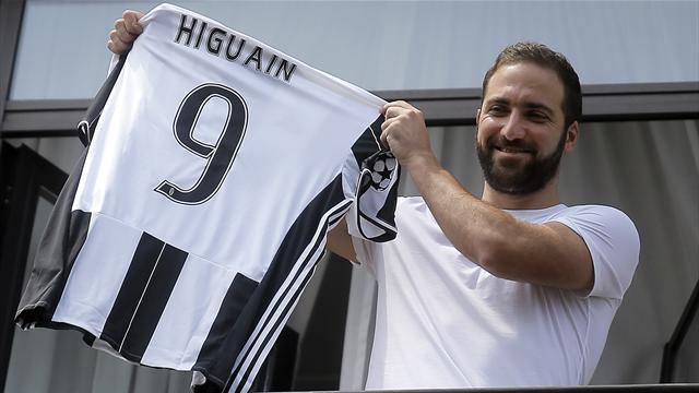 Gonzalo Higuain accueilli comme un héros par les supporters turinois