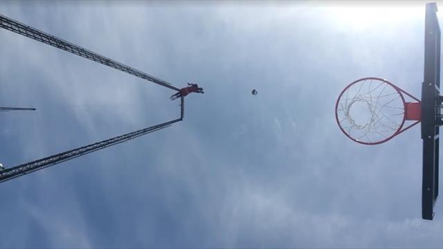 Парень из Harlem Globetrotters завалил в кольцо с высоты 33 метров