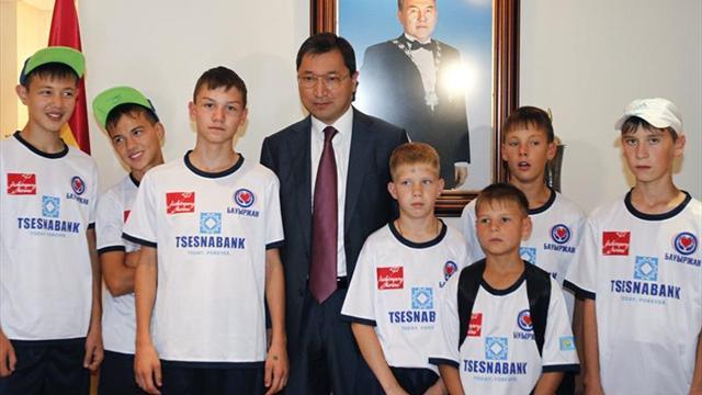 Equipo de huérfanos kazajos acudió al entrenamiento del Atlético