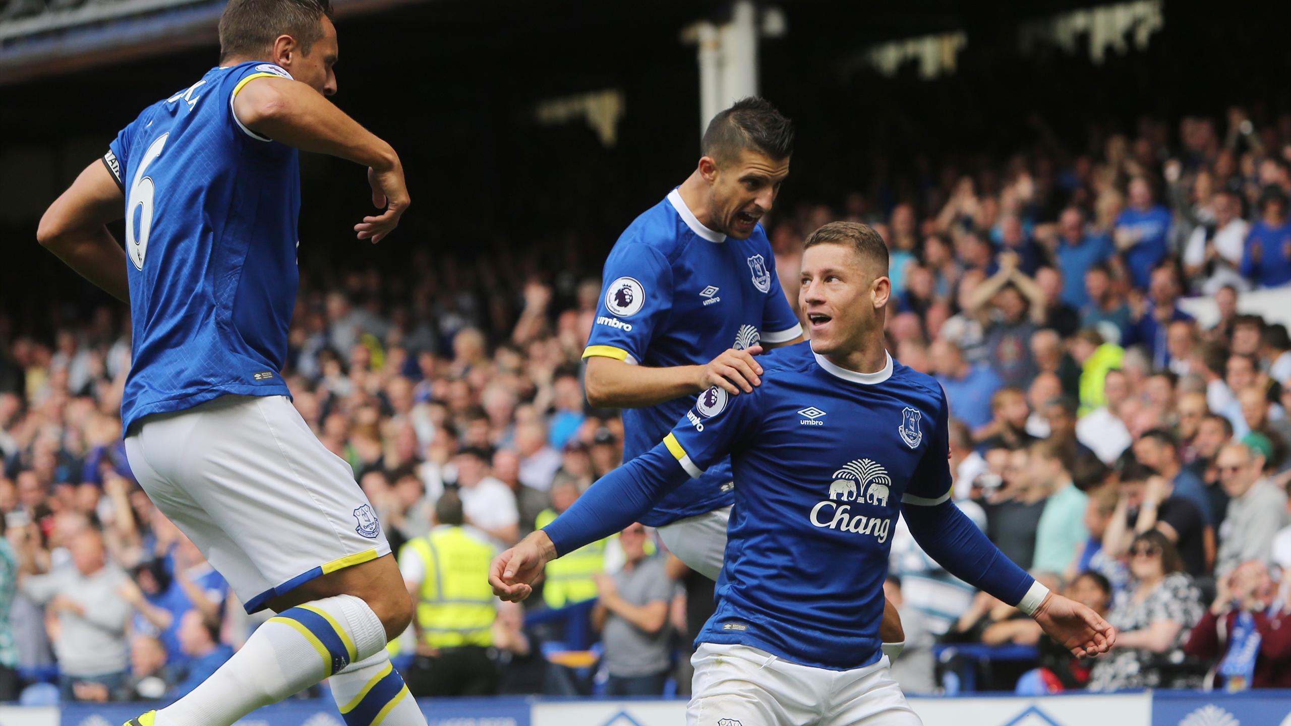 Everton's English midfielder Ross Barkley (R) celebrates scoring the opening goal