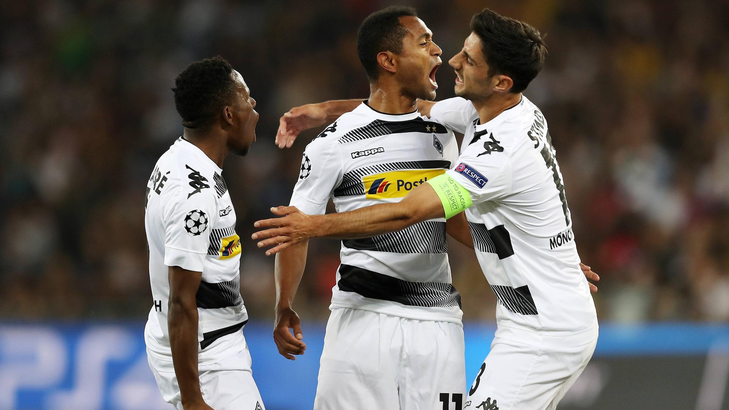Raffael und Lars Stindl bejubeln einen Treffer für Borussia Mönchengladbach