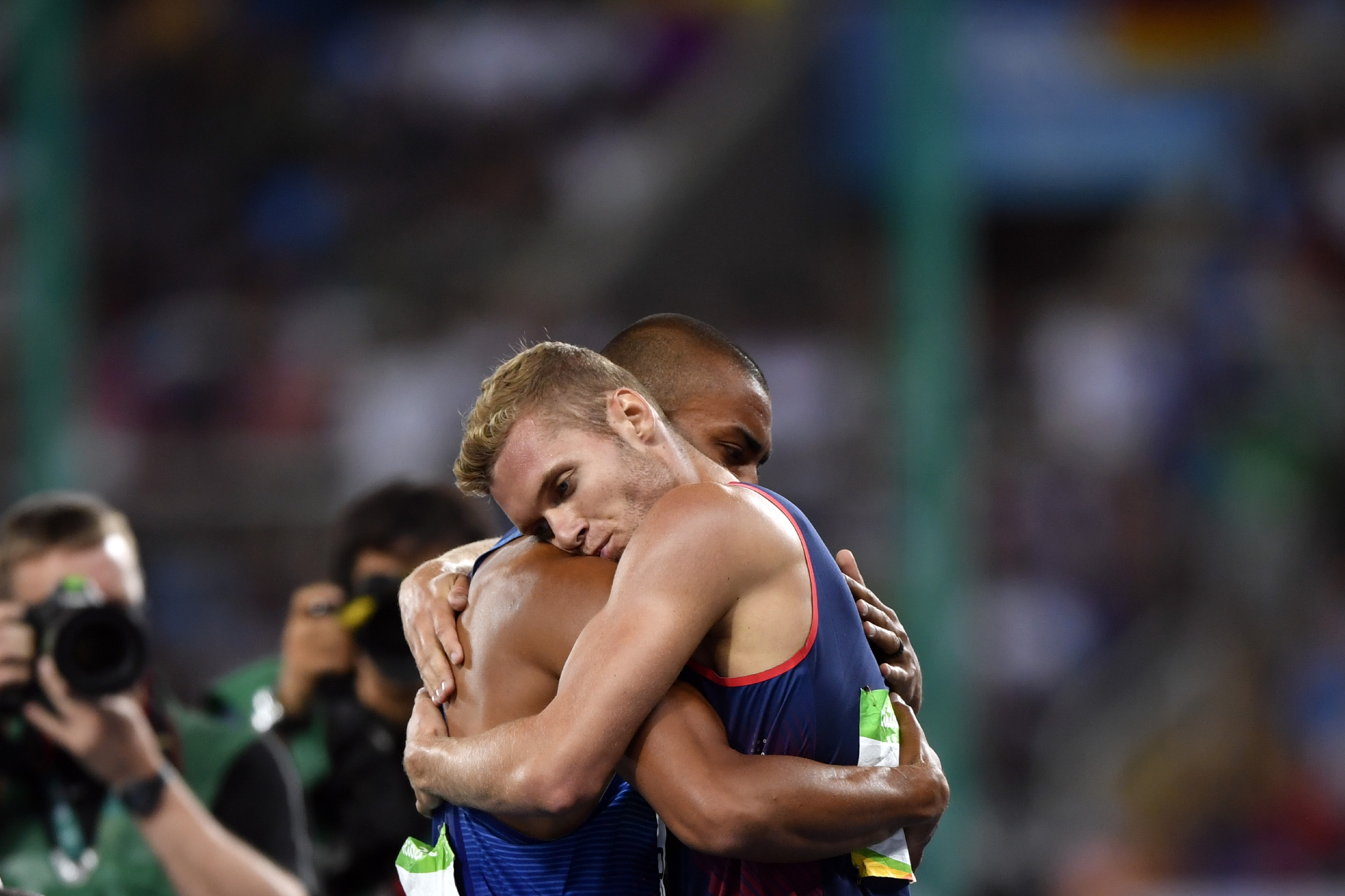 Ashton Eaton enlace Kevin Mayer après le décathlon des Jeux de Rio 2016