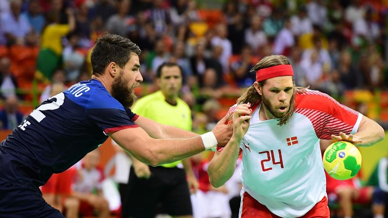 Luka Karabatic face à Mikkel Hansen lors de France - Danemark en finale des JO à Rio