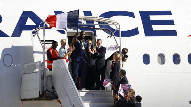 Médailles autour du cou, les stars françaises ont atterri à Roissy
